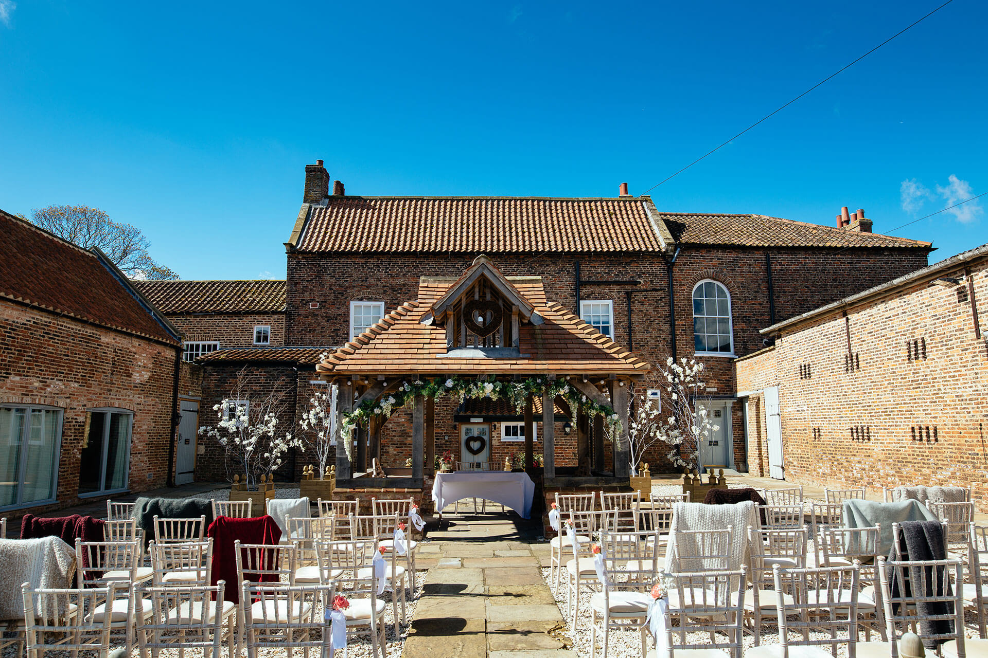 "Summer courtyard weddings are so beautiful. This set up was captured by <a href=""http://www.joestenson.co.uk/"">Joe Stenson</a>."