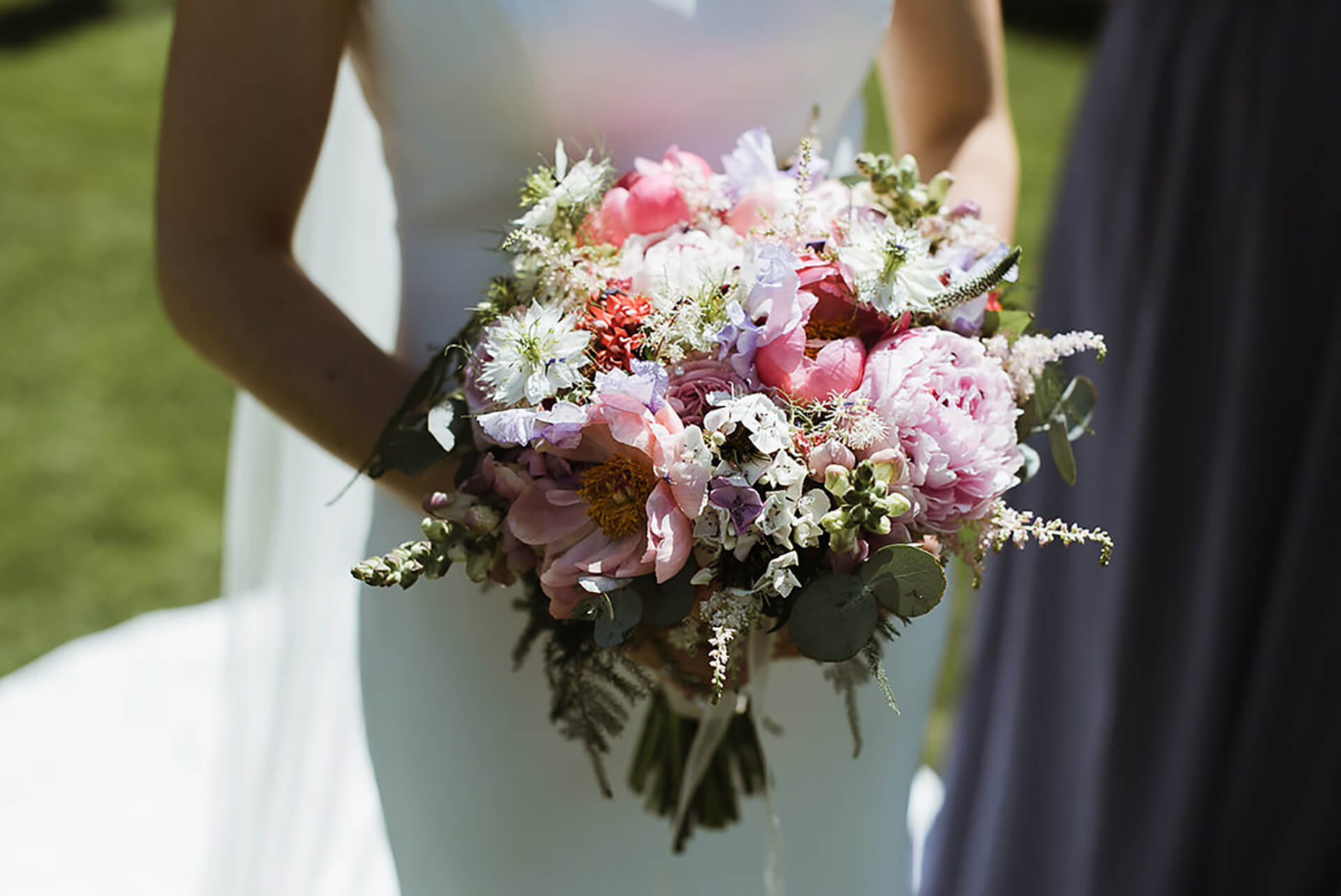 "What a stunning summer bouquet! Photo by <a href=""http://www.alexandraholtphotography.com/"" target=""_blank"">Alexandra Holt</a>"