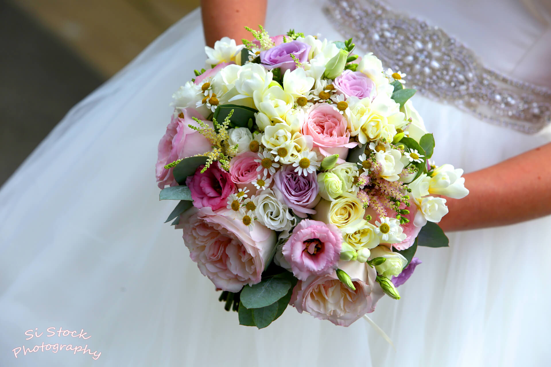 Emma's beautiful bouquet captured by Si Stock.