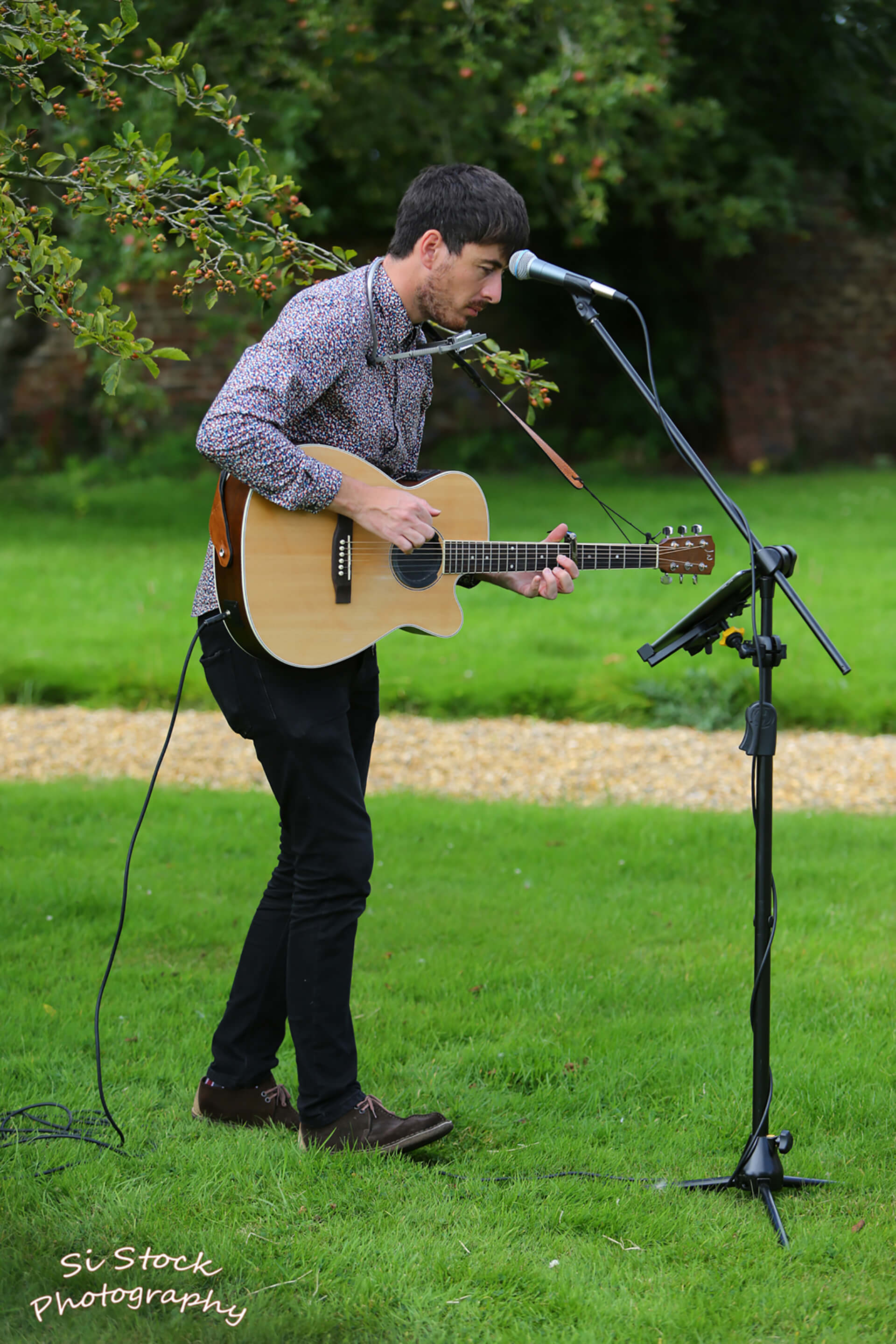 Acoustic tunes on the front lawn at Katie and James' wedding. Photo by Simon Stock.
