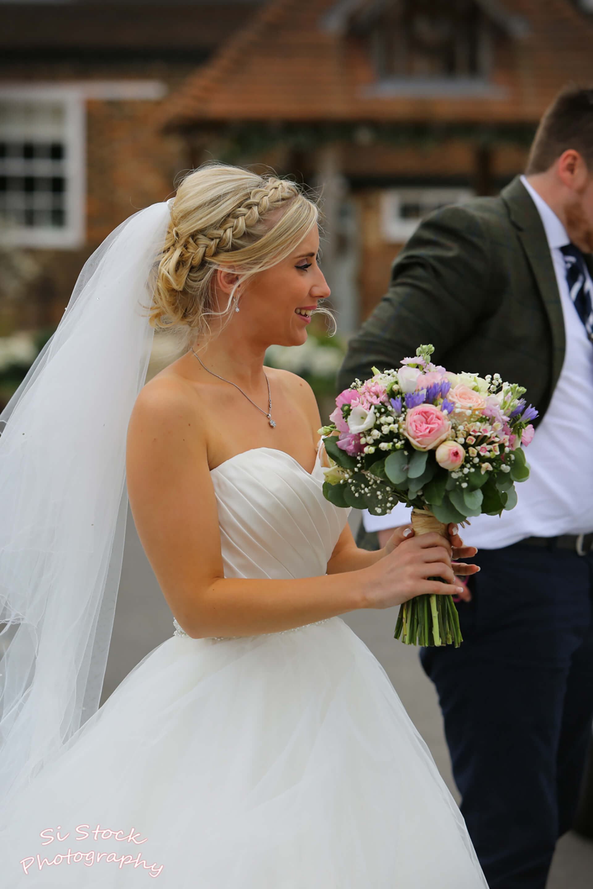 The beautiful Sophie and her gorgeous pink bouquet captured by Simon Stock.